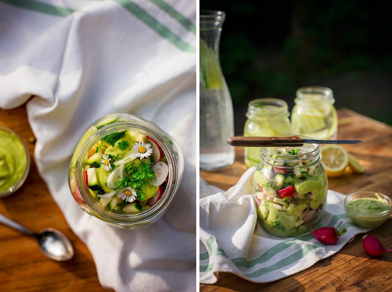 Salát s cuketou a avokádovým dresinkem, okurková limonáda